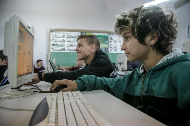 1500 km de fibra óptica y más de 500 escuelas con internet