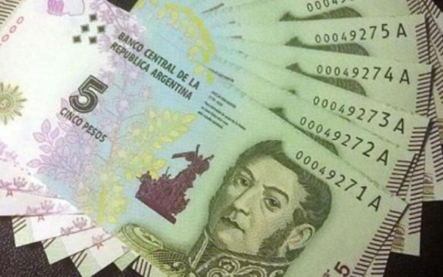 El Banco Central decidió extender un mes la vigencia del billete de 5 pesos.
